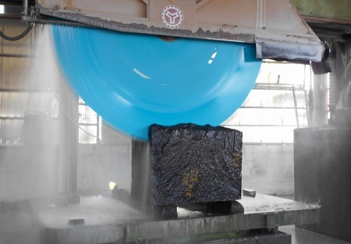 原石の加工風景