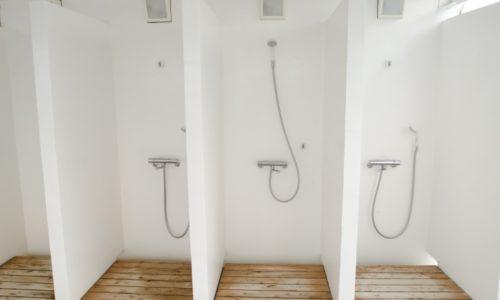 シャワー室は水が高い位置まではねる